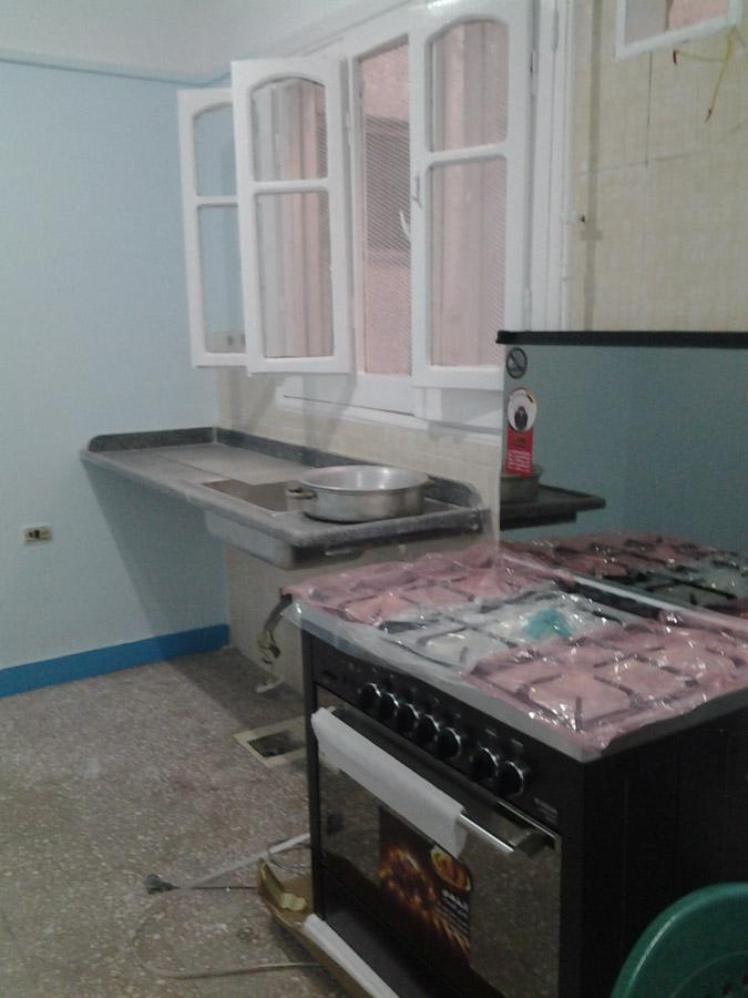 Neubau einer Lehrküche mit Blick auf Tisch, Herd und Spüle