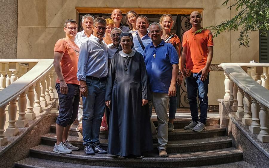 Gruppenbild mit Schwester Maria und dem Vorstandsgremium von Projekte des Herzens e.V.